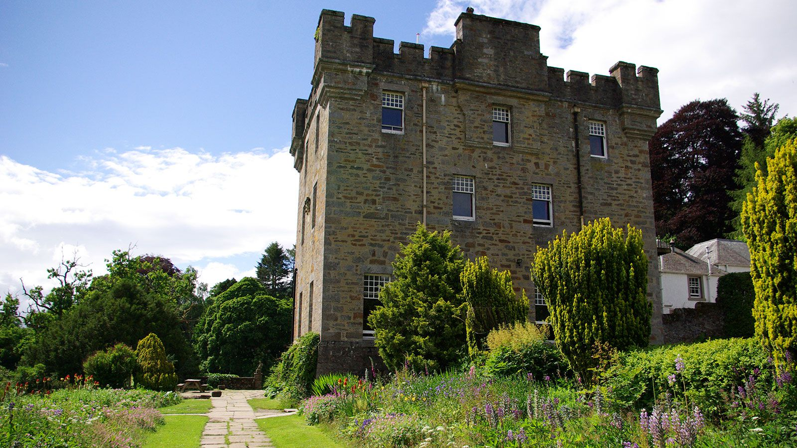 YG-G-Centre-Dalguise-castle-outside-for-Youth-Groups